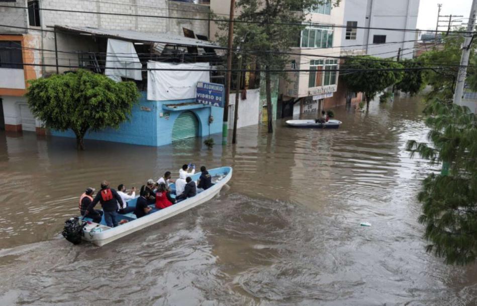Совместными усилиями военных и спасателей были эвакуированы более 3 тыс. человек.