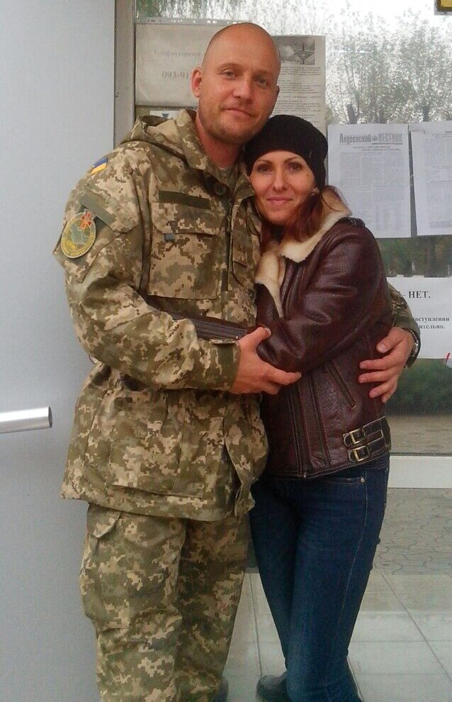 Олег та Євгенія – кадрові військові. Їхній старший син, якому скоро виповниться 20 років, вирішив також захищати Україну – щоправда, в складі Нацгвардії, а не в ЗСУ, як батьки