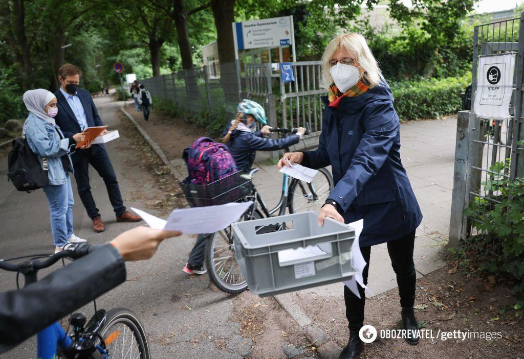 На фото – вчителька у Гамбурзі, яка збирає у дітей негативні тести на COVID-19