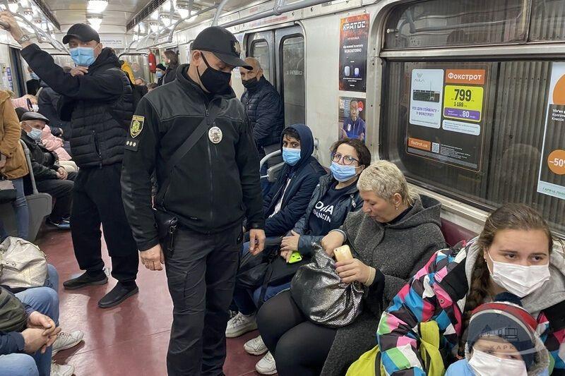 Полицейские следили, как в метро придерживаются масочного режима