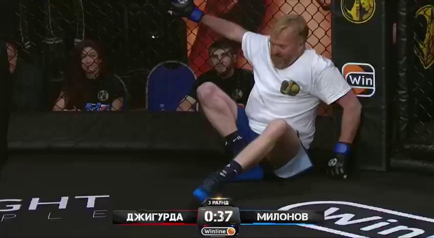 Милонов несколько раз падал на настил октагона
