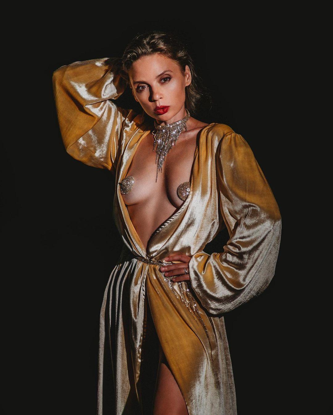 Ирена Карпа показала голую грудь