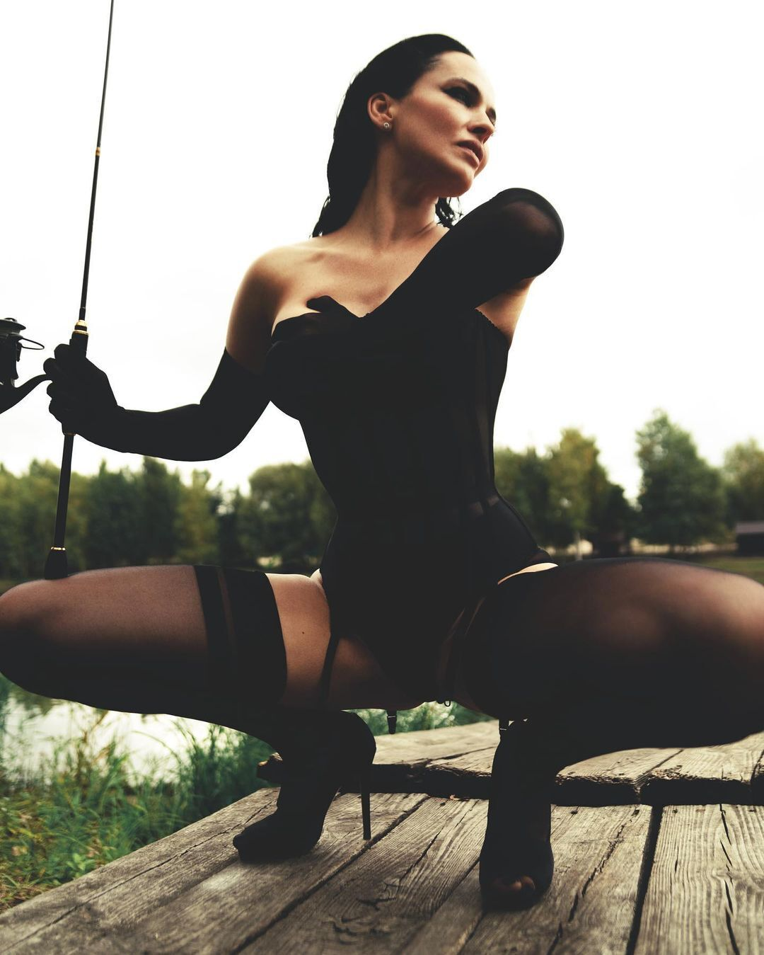 Даша Астафьева позирует на рыбалке.
