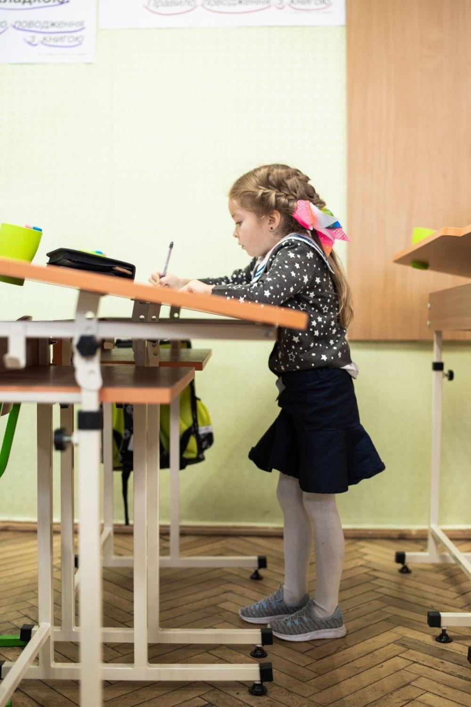 Планируется, что дети будут заниматься за партами-конторками до самого выпуска из школы