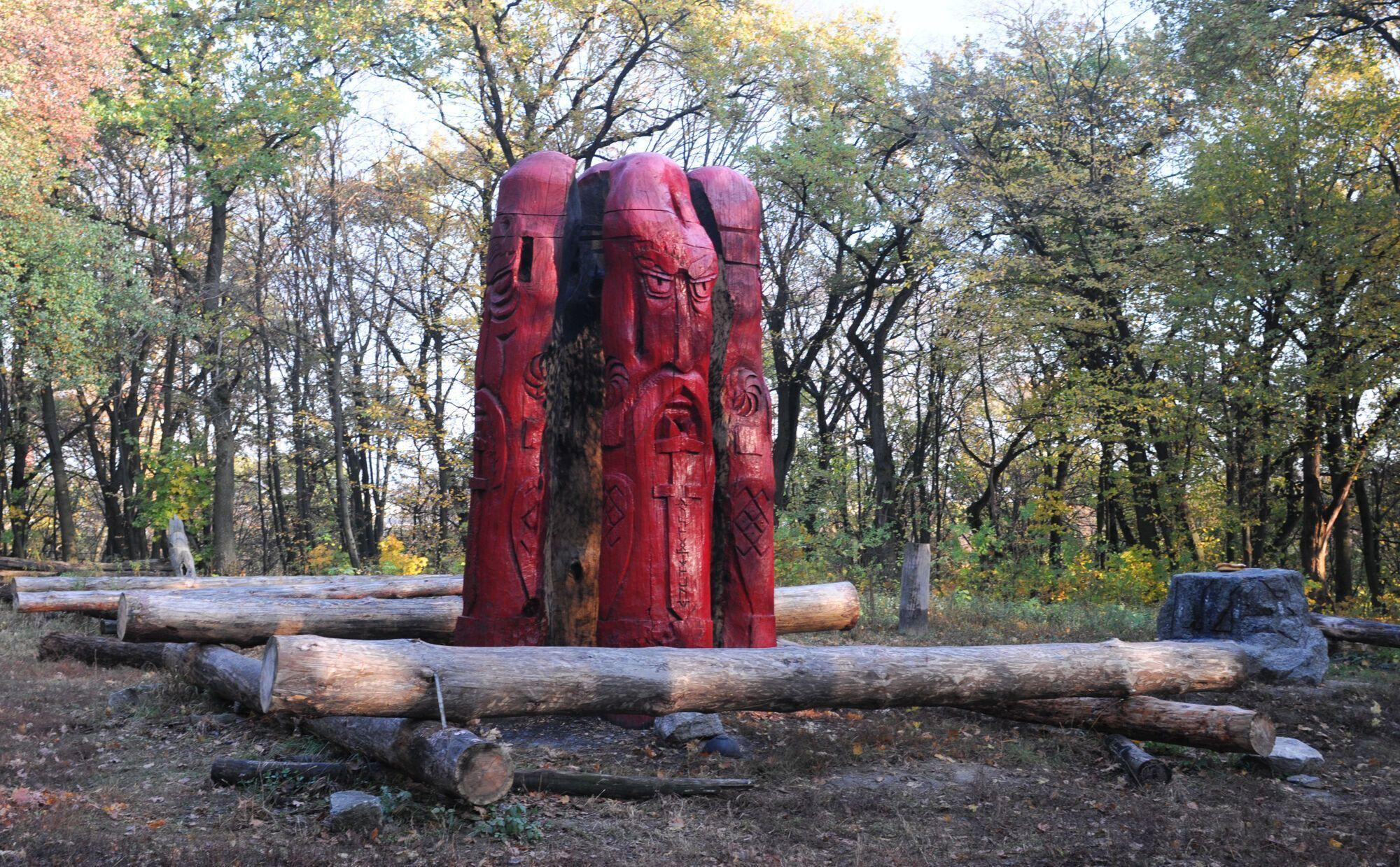 Деревянные идолы на Лысой горе.