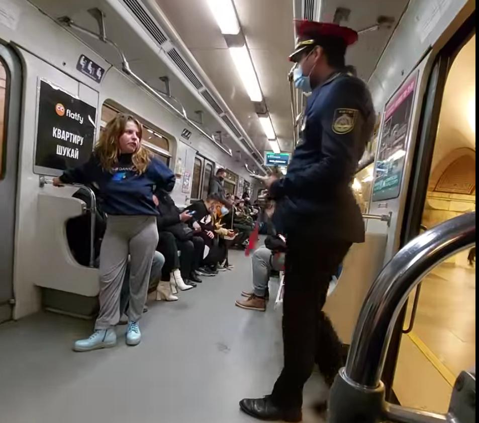 Дівчина їхала в метро без маски.