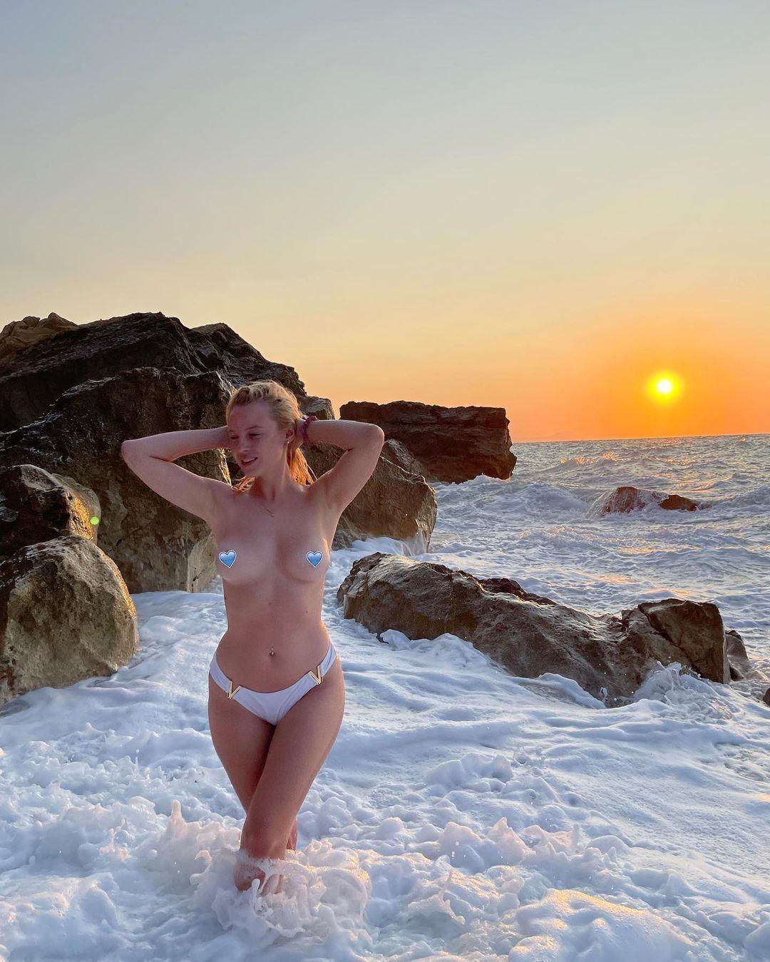 Ульяна Тригубчак на фоне заката