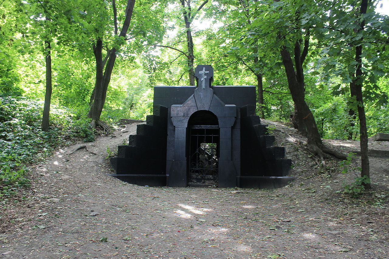 Считается, что в этом склепе была похоронена поповна.