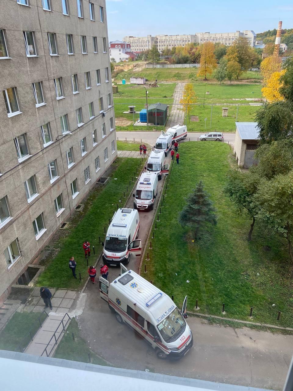 Очереди из скорых возле больницы во Львове
