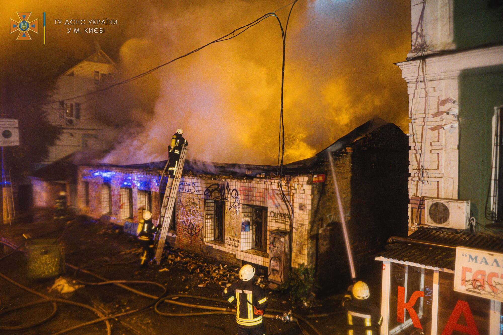Пожар возник в заброшенном здании.