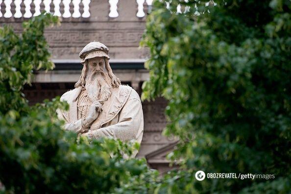 """Памятник Леонардо возле """"Ла Скала""""."""