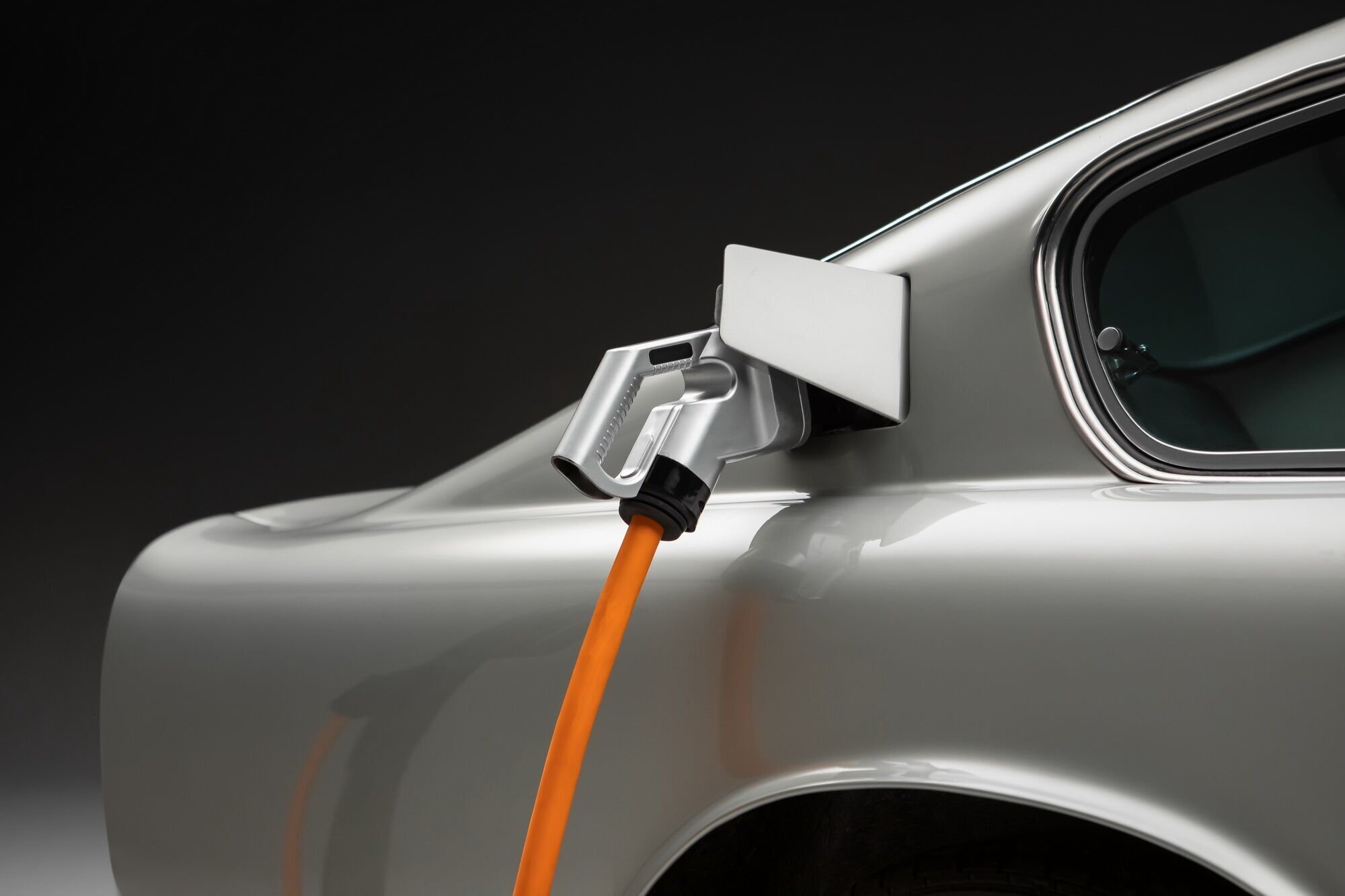 Удовольствие прокатиться с ветерком на классическом Aston Martin DB6 с электроприводом обойдется минимум в $1 миллион
