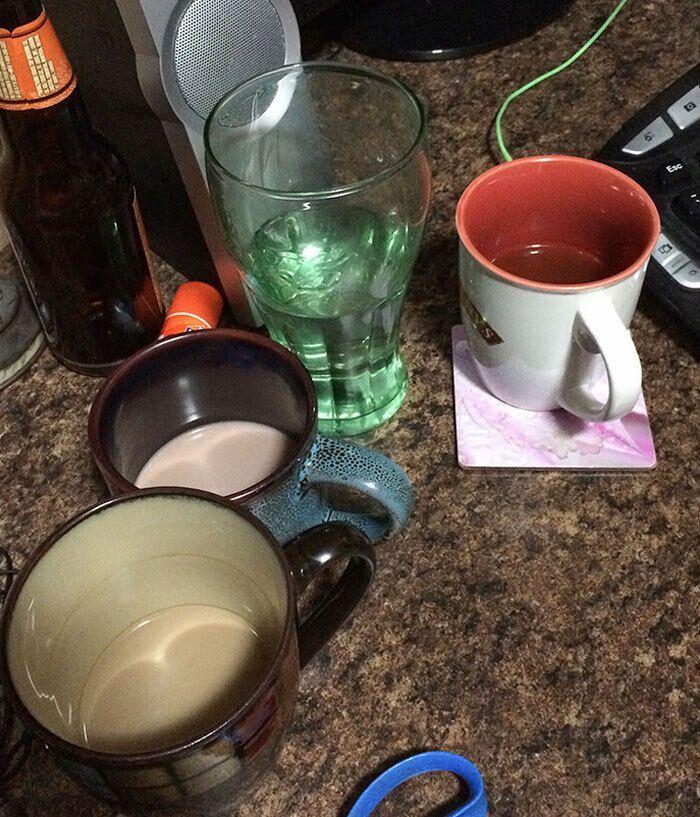 Женщина всегда оставляет немного напитка в чашке