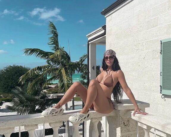 Ким Кардашьян в откровенном купальнике