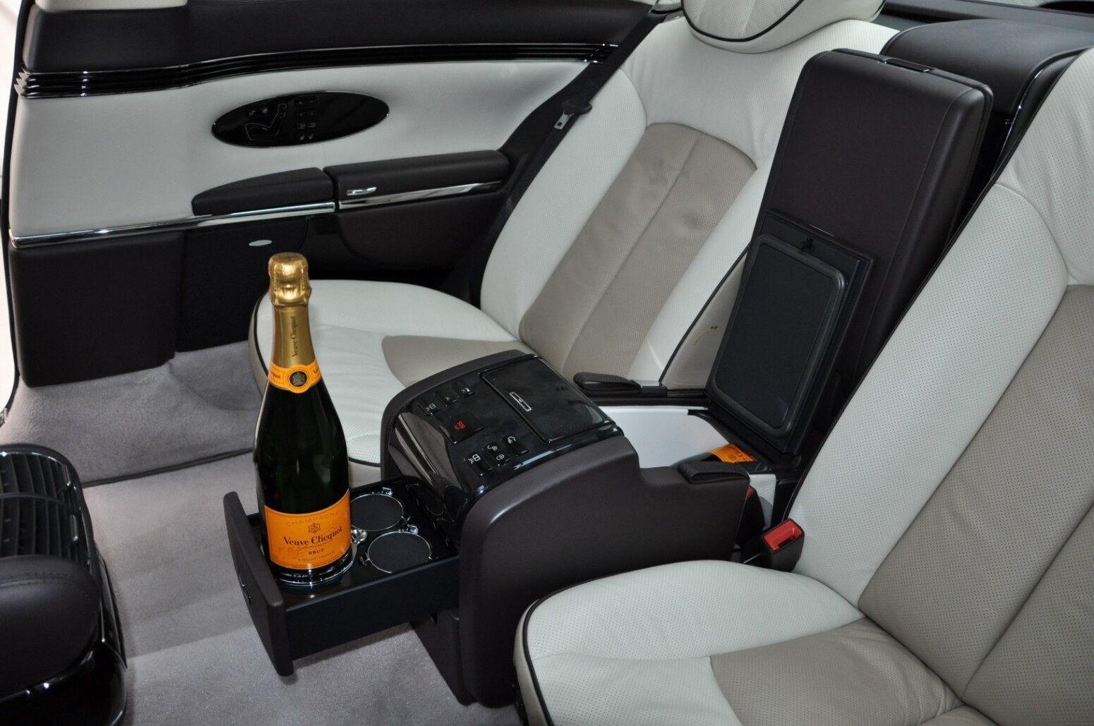 Автомобиль получил все возможные для заказа опции, включая холодильник и минибар