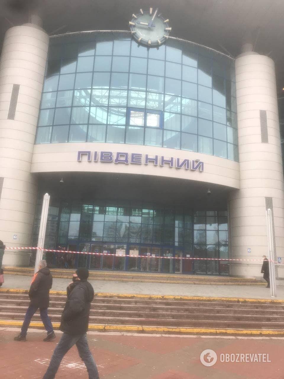 """У Києві """"замінували"""" Південний залізничний вокзал"""