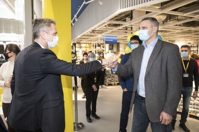 Разом з мером перший магазин шведської фірми в Києві відкрили й оглянули Флоріан Мелле і Тобіас Тіберг