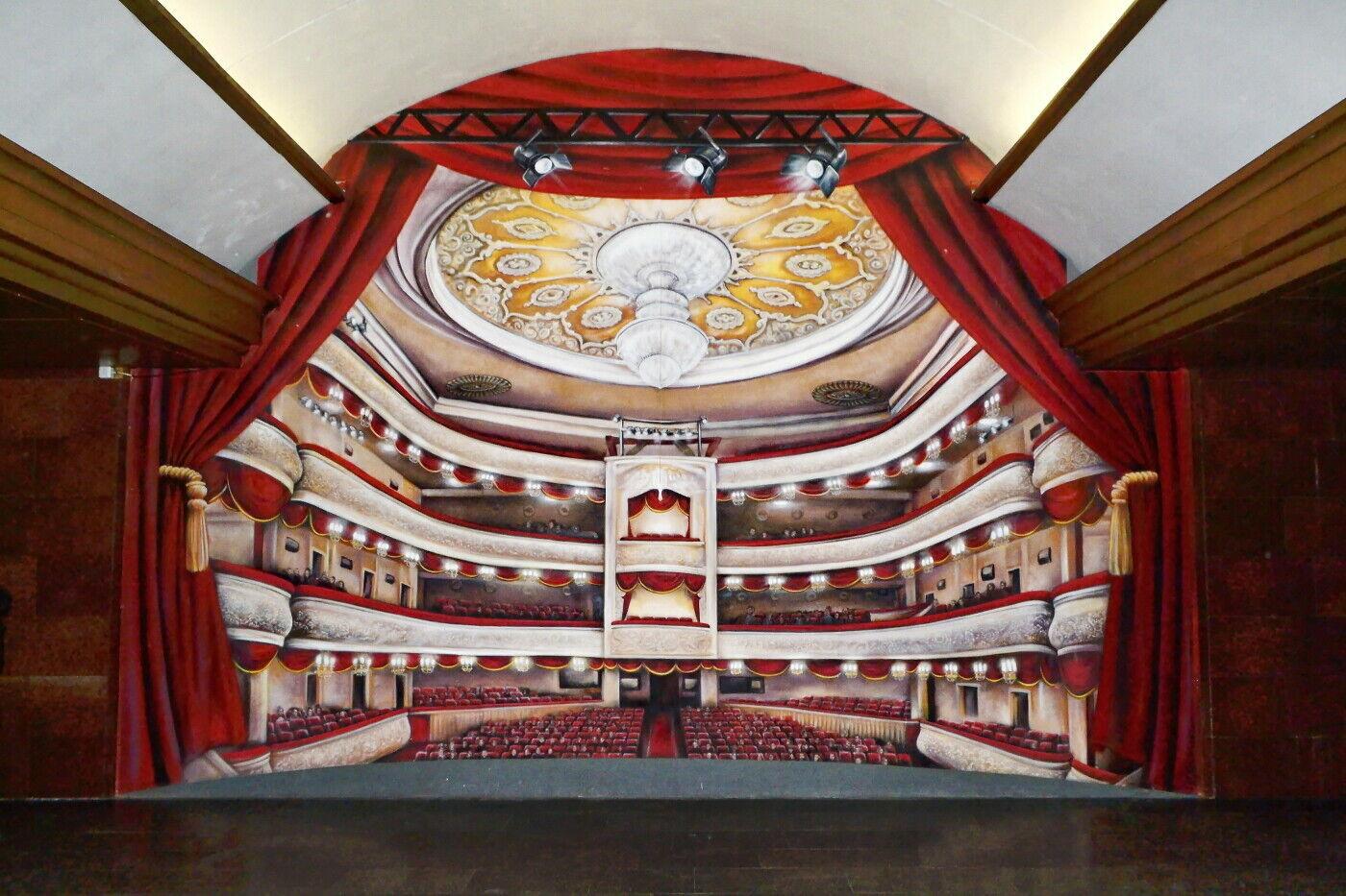В 2014 году на станции появилось изображение зрительного зала театра.