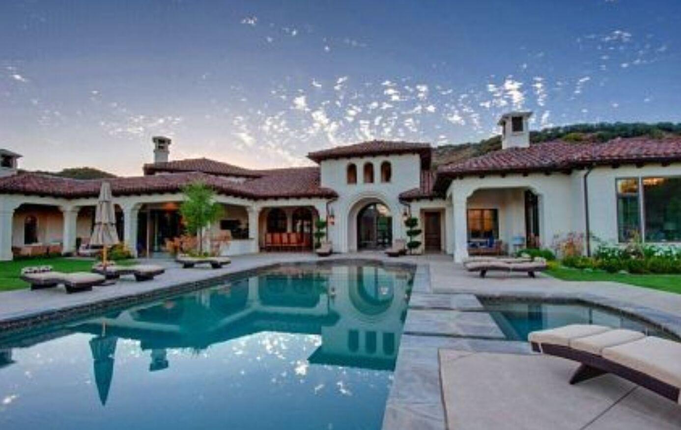 Этот особняк можно найти в юго-западной части долины Сан-Фернандо
