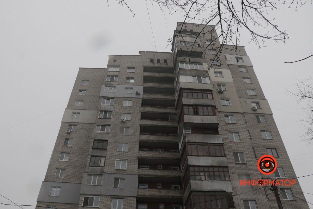У Дніпрі дівчина випала з балкона багатоповерхового будинку