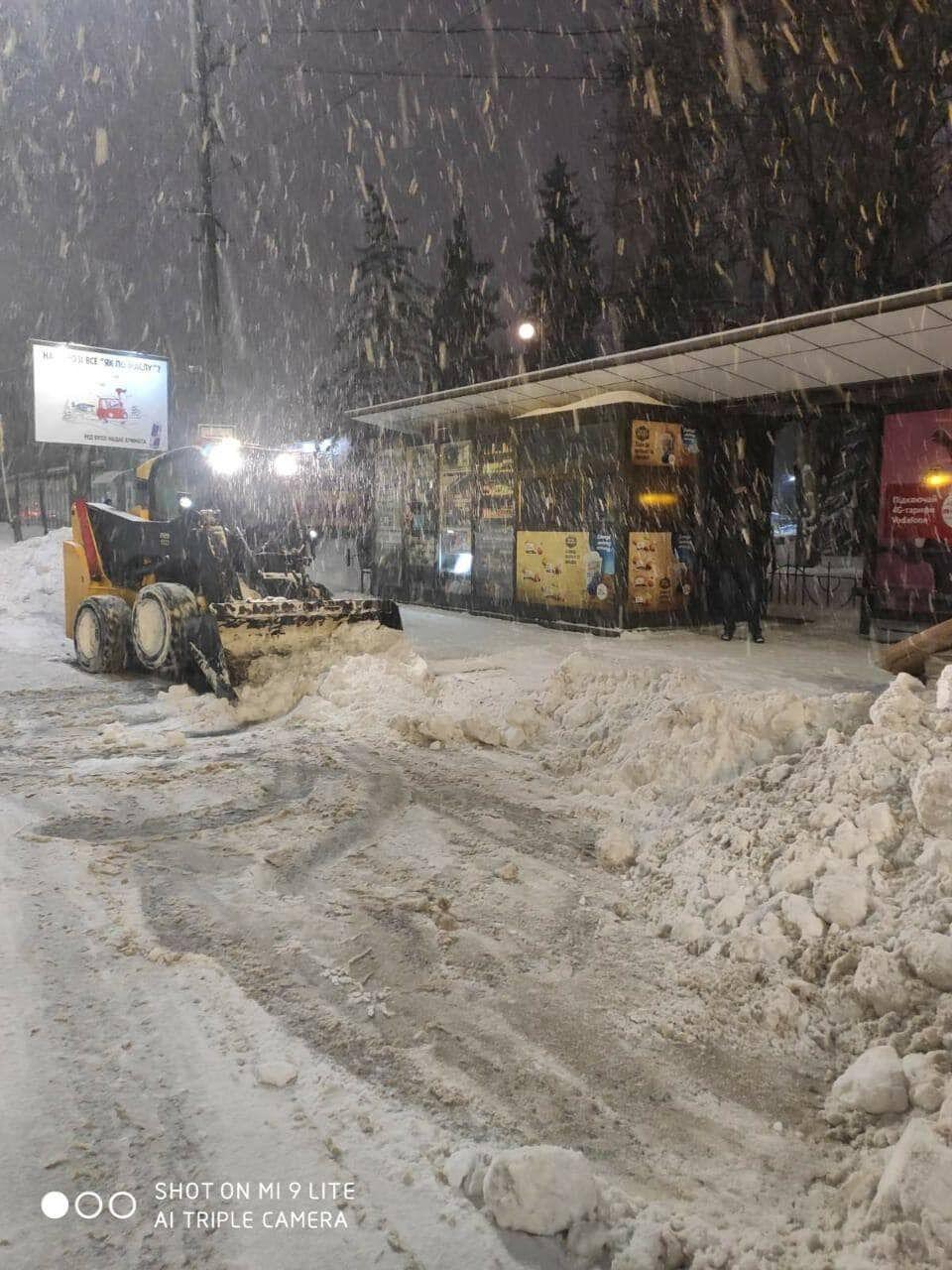 За ночь в Киеве убрали 3 тысячи тонн снега.