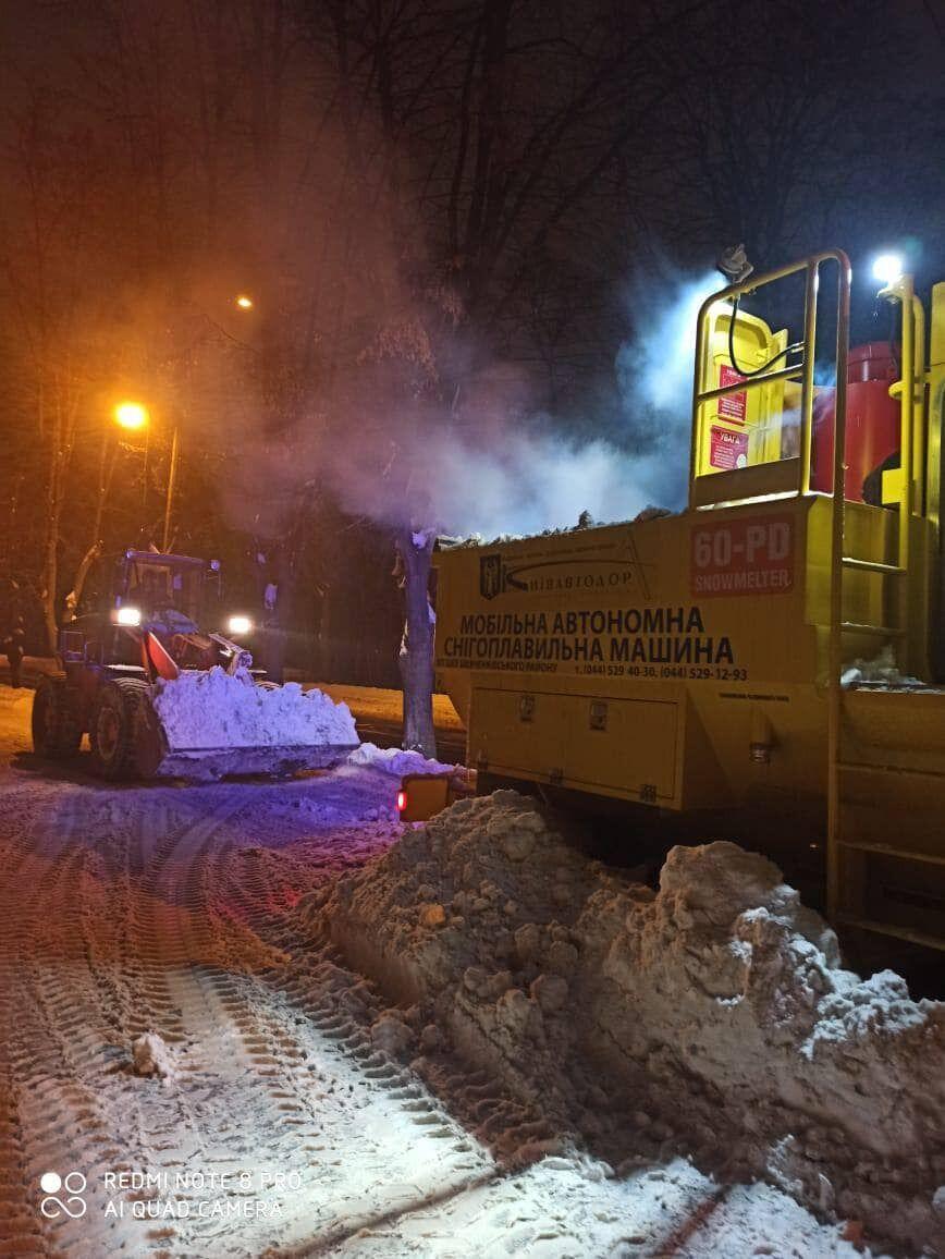В Киеве работали снегоплавильные машины.