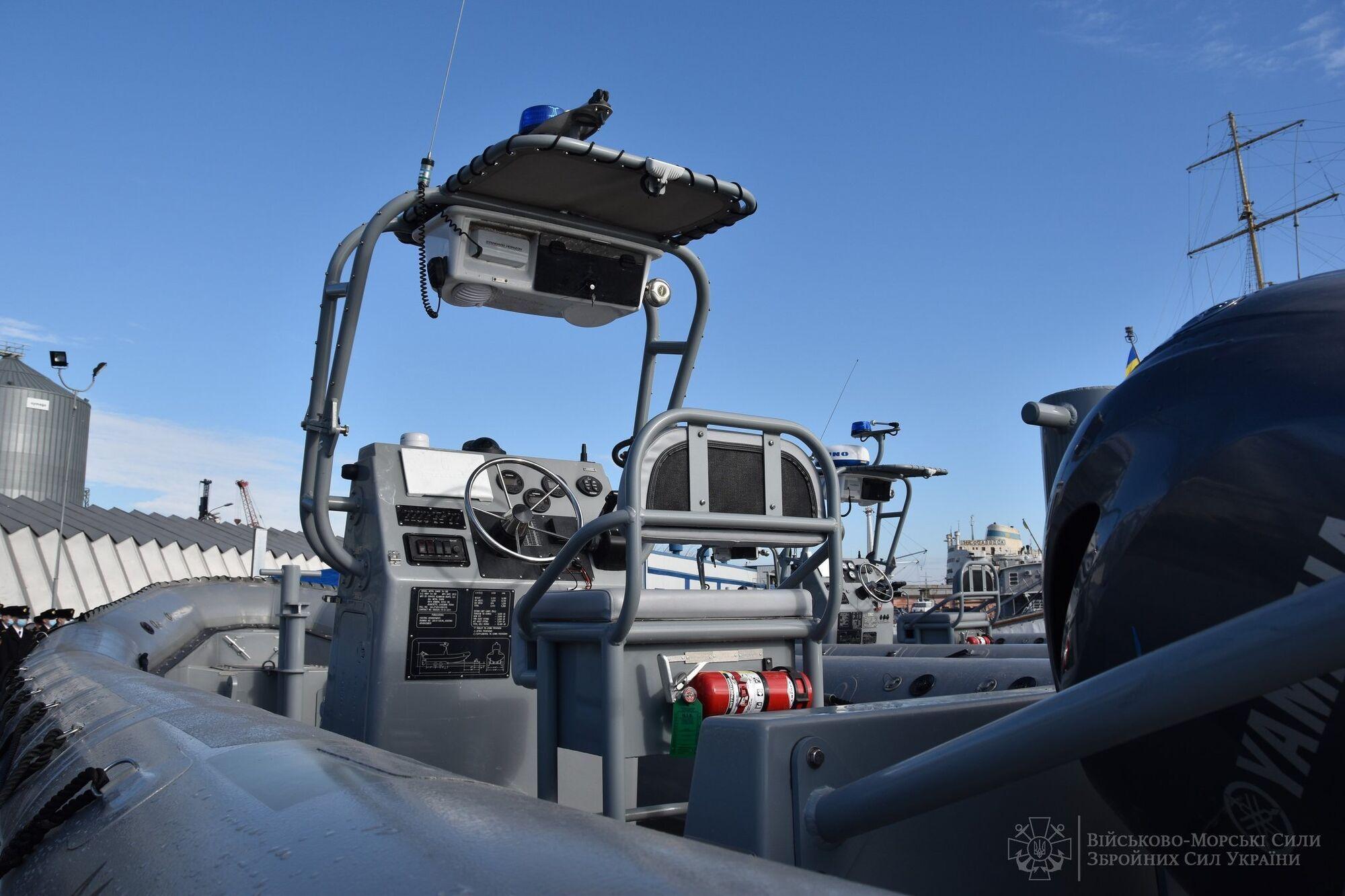 """США передали ВМС Украины бронированные внедорожники """"Хамви"""" и более 80 лодок. Фото"""