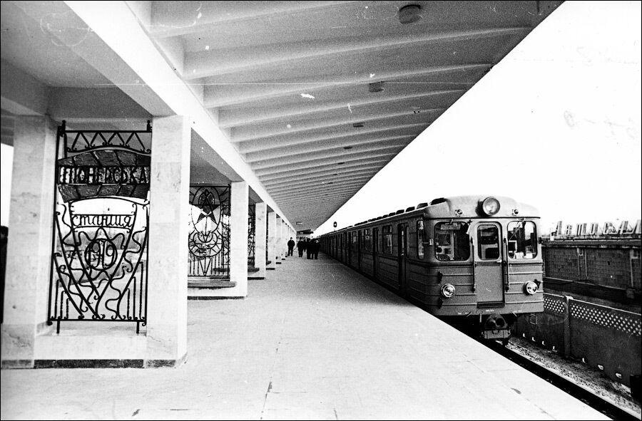 Навес над платформой опирается на двойные колонны по центру платформы
