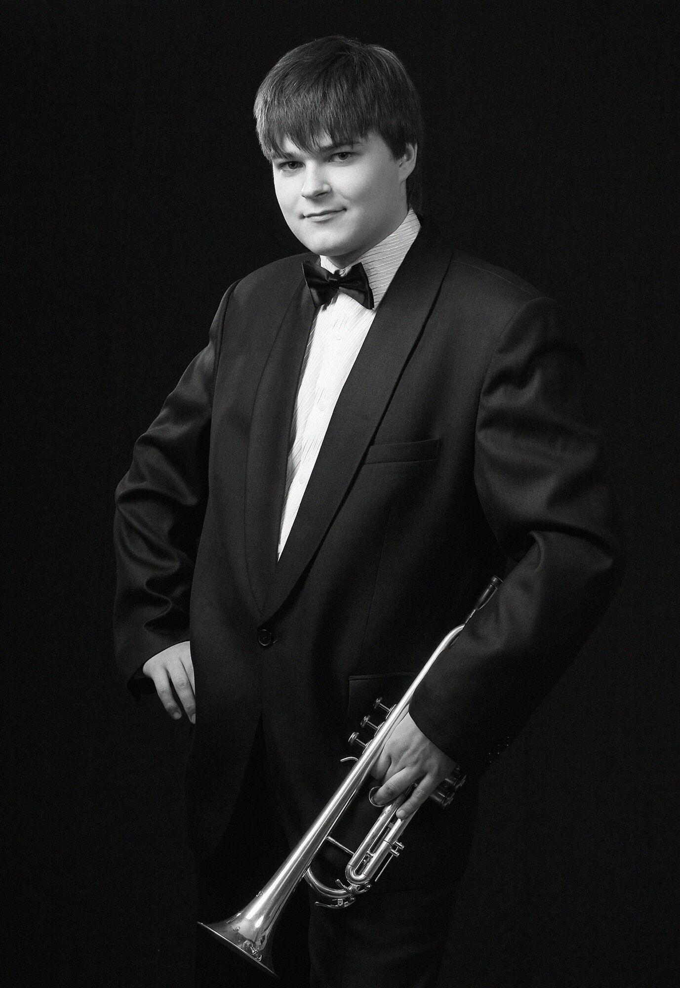 Артем грав на трубі