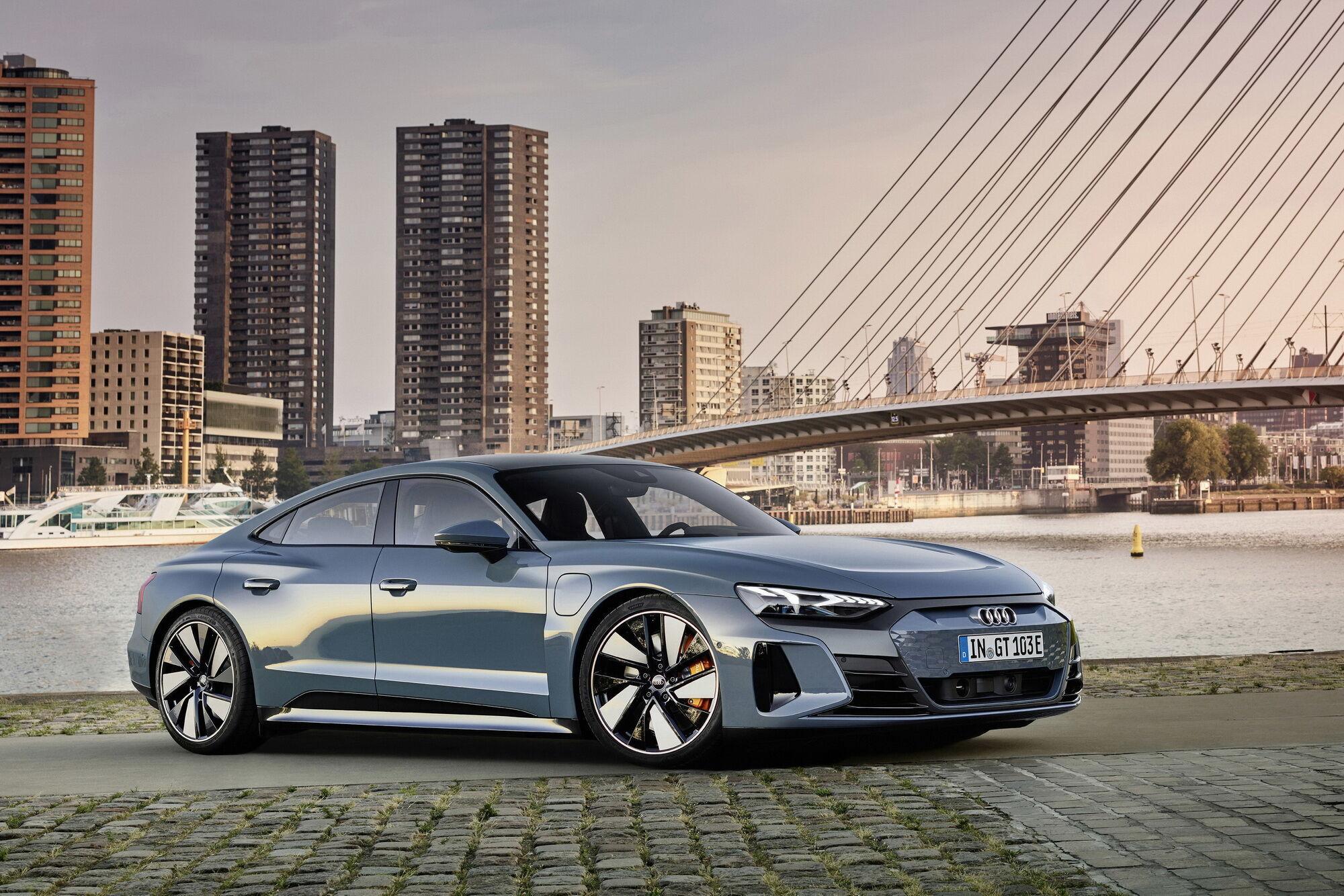 Автомобиль будет предложен покупателям в двух версиях – e-tron GT quattro (на фото) и RS e-tron GT