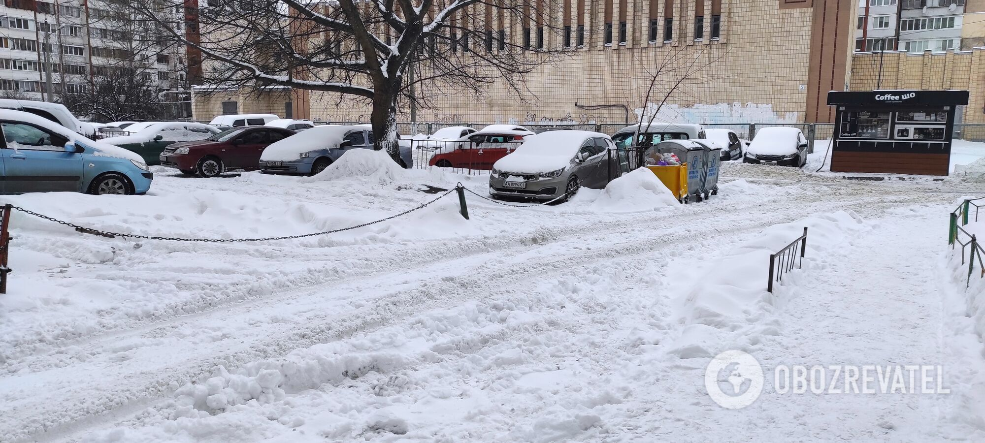Во дворах снег очищен только там, где ходят пешеходы.