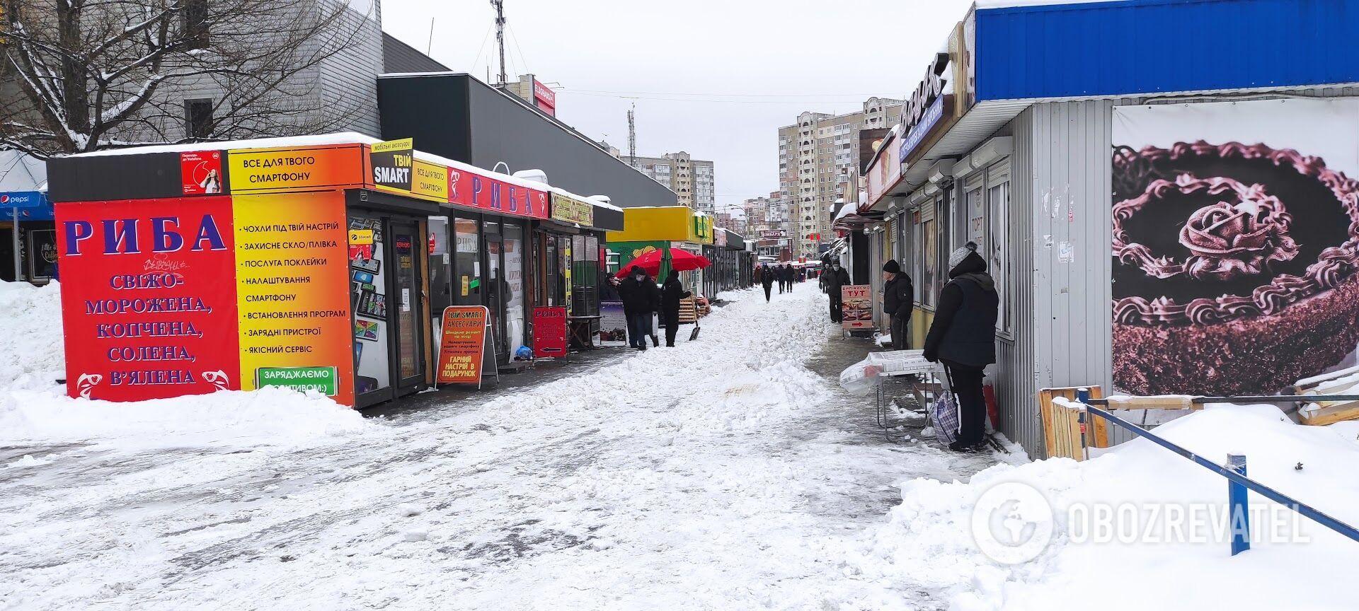 Владельцы МАФов чистят снег только перед входом.