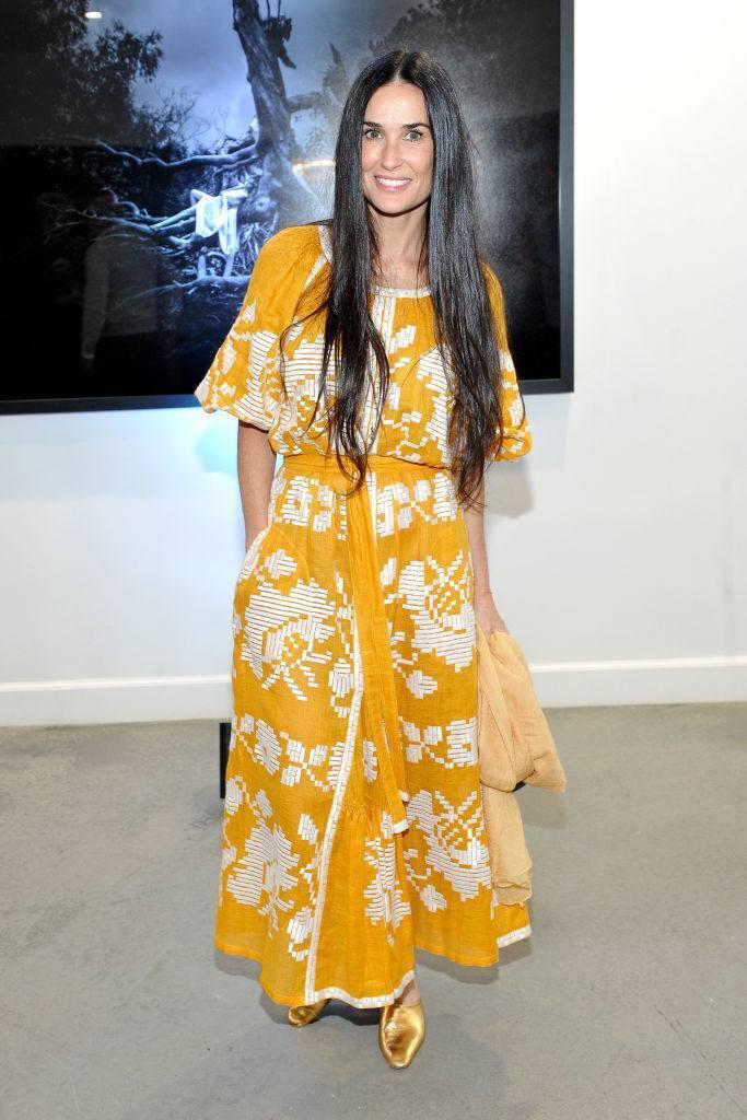 Деми Мур на художественной выставке позирует в украинском вышитом платье.