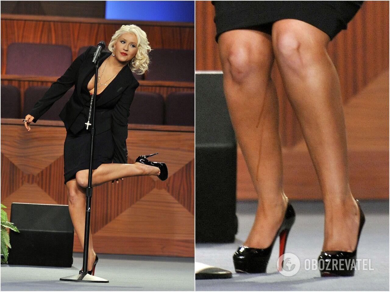 У Кристины Агилеры по ногам потекли темные струйки во время выступления