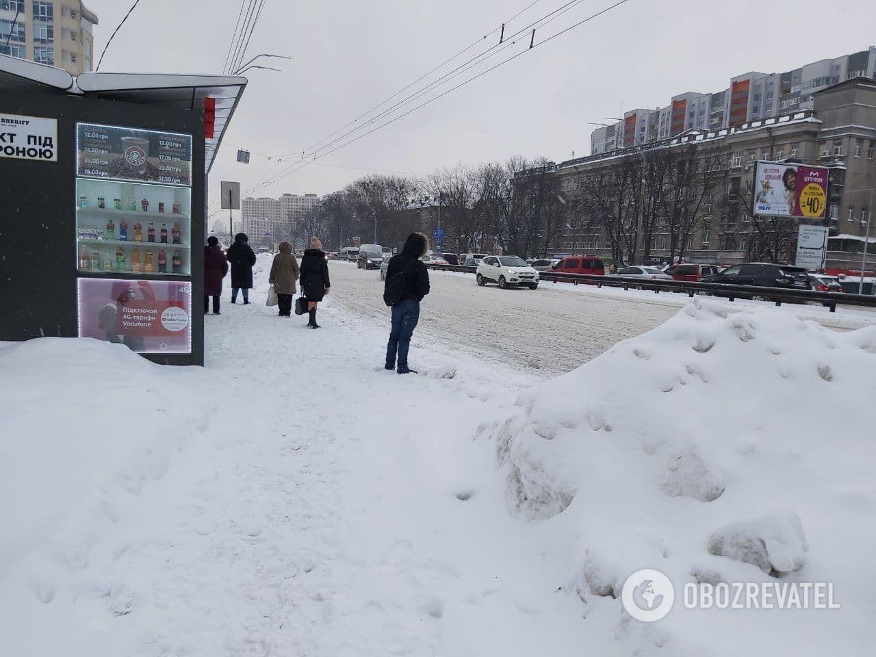 На остановках много снега.