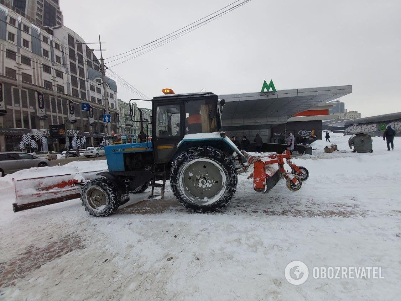 Снег убирает спецтехника коммунальщиков и частных компаний.