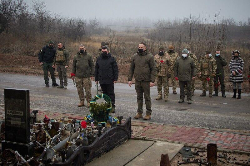 Военные и представители власти у Мемориала