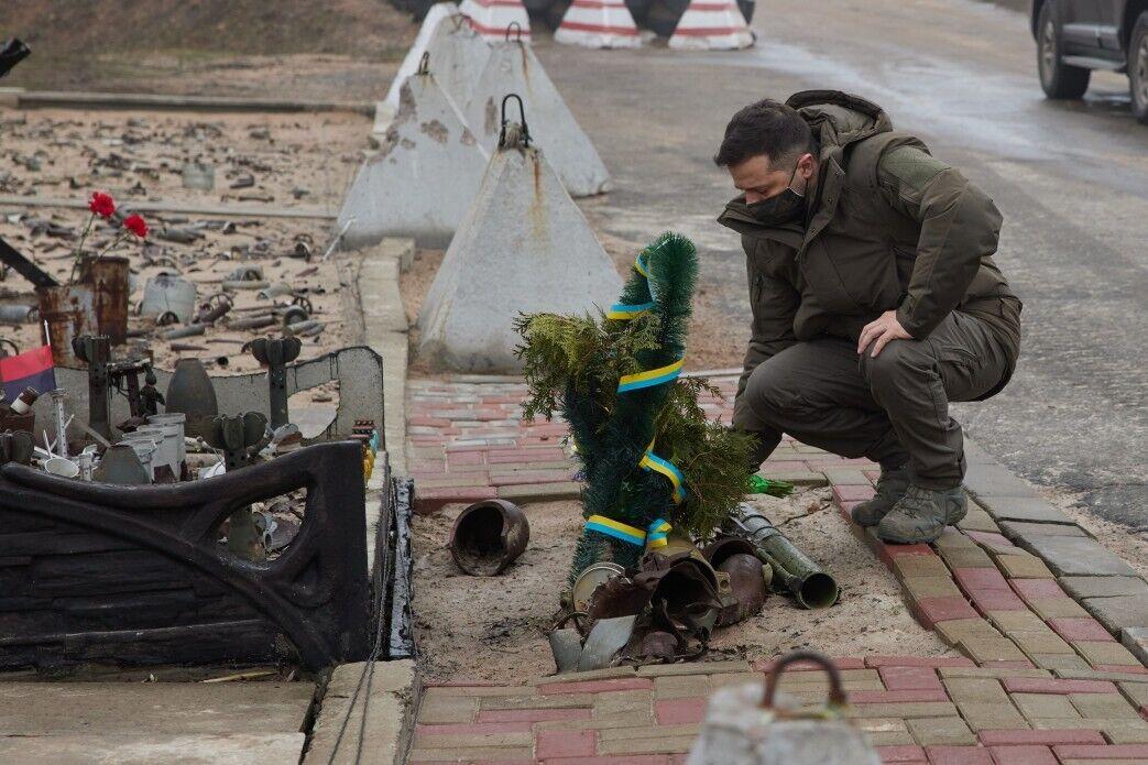 Президент возложил цветы к Монументу