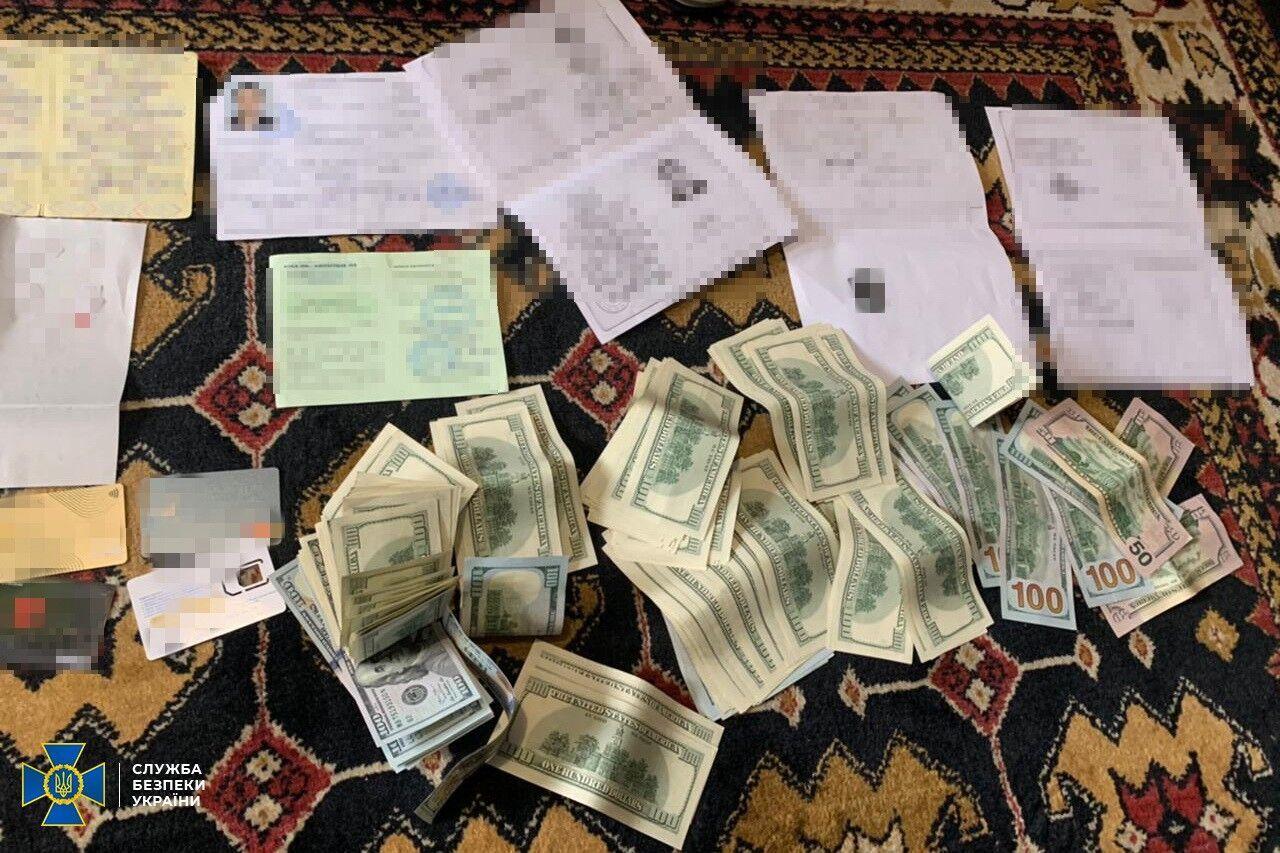 Изъятые деньги и паспорт