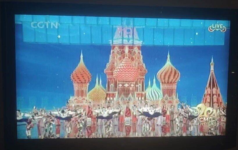 Український гопак у Китаї на тлі Кремля.