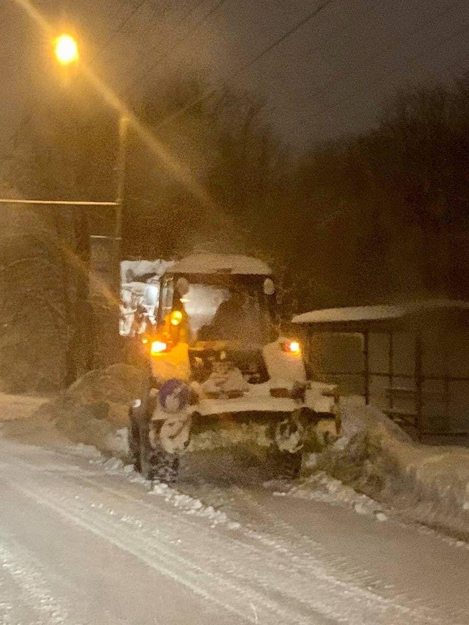 Грейдер чистить сніг