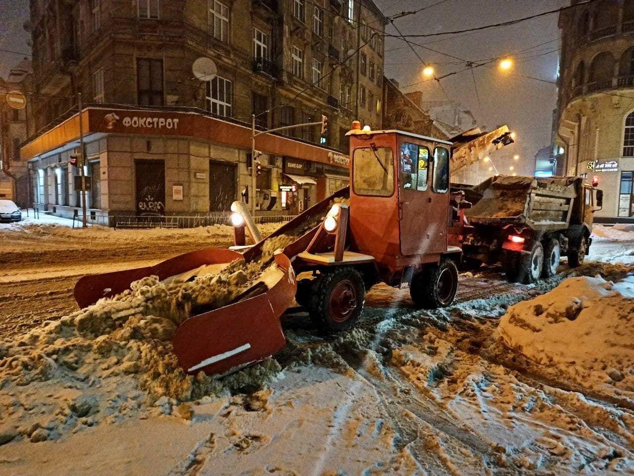 Очистка снігу у Львові