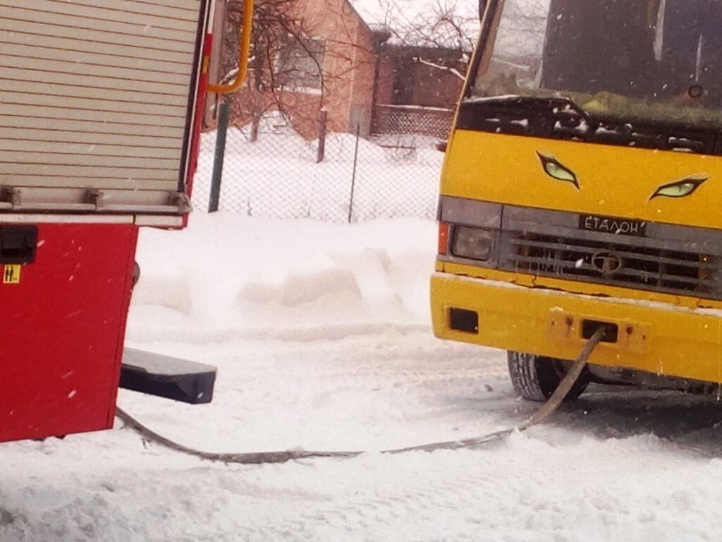 В Житомирской области из снега вытащили три школьных автобуса и скорую