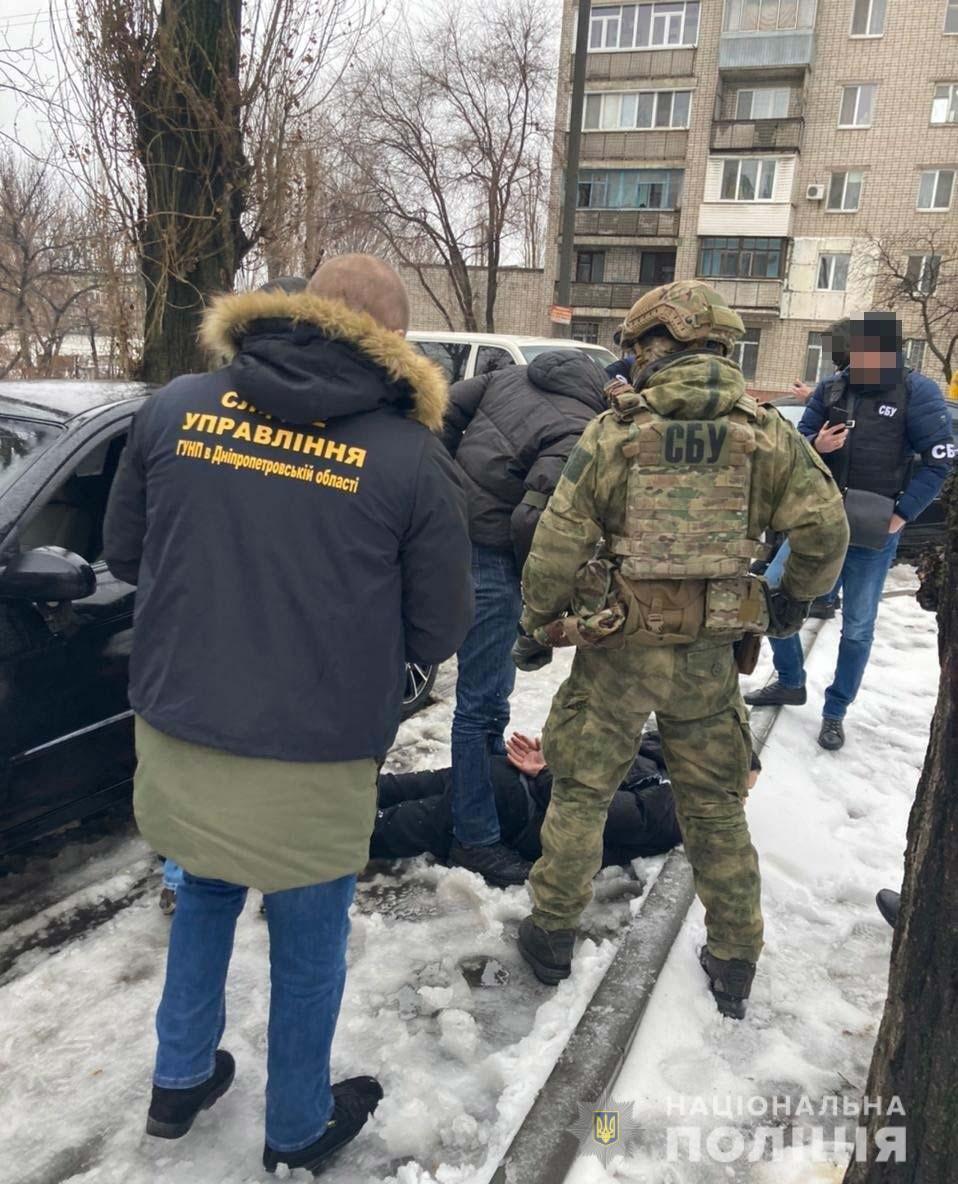 Один из вымогателей пытался скрыться на автомобиле, однако был оперативно задержан