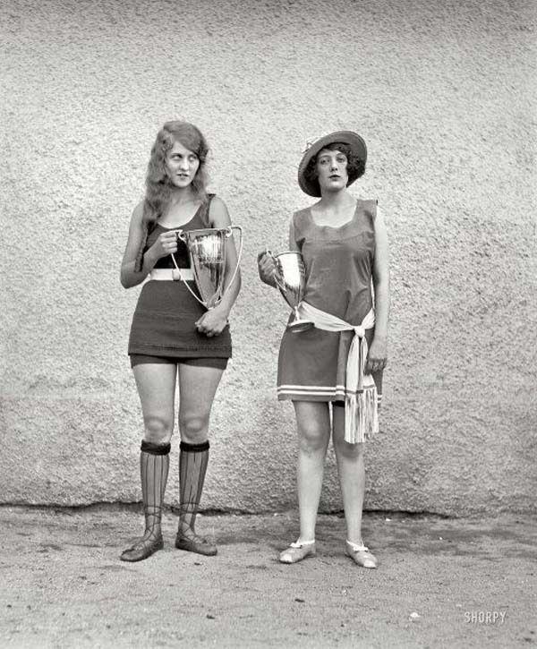 Черно-белое фото с победительницами конкурса красоты. 1922 года