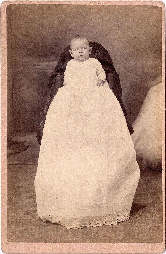 """Фото немовляти із """"захованою"""" матір'ю."""