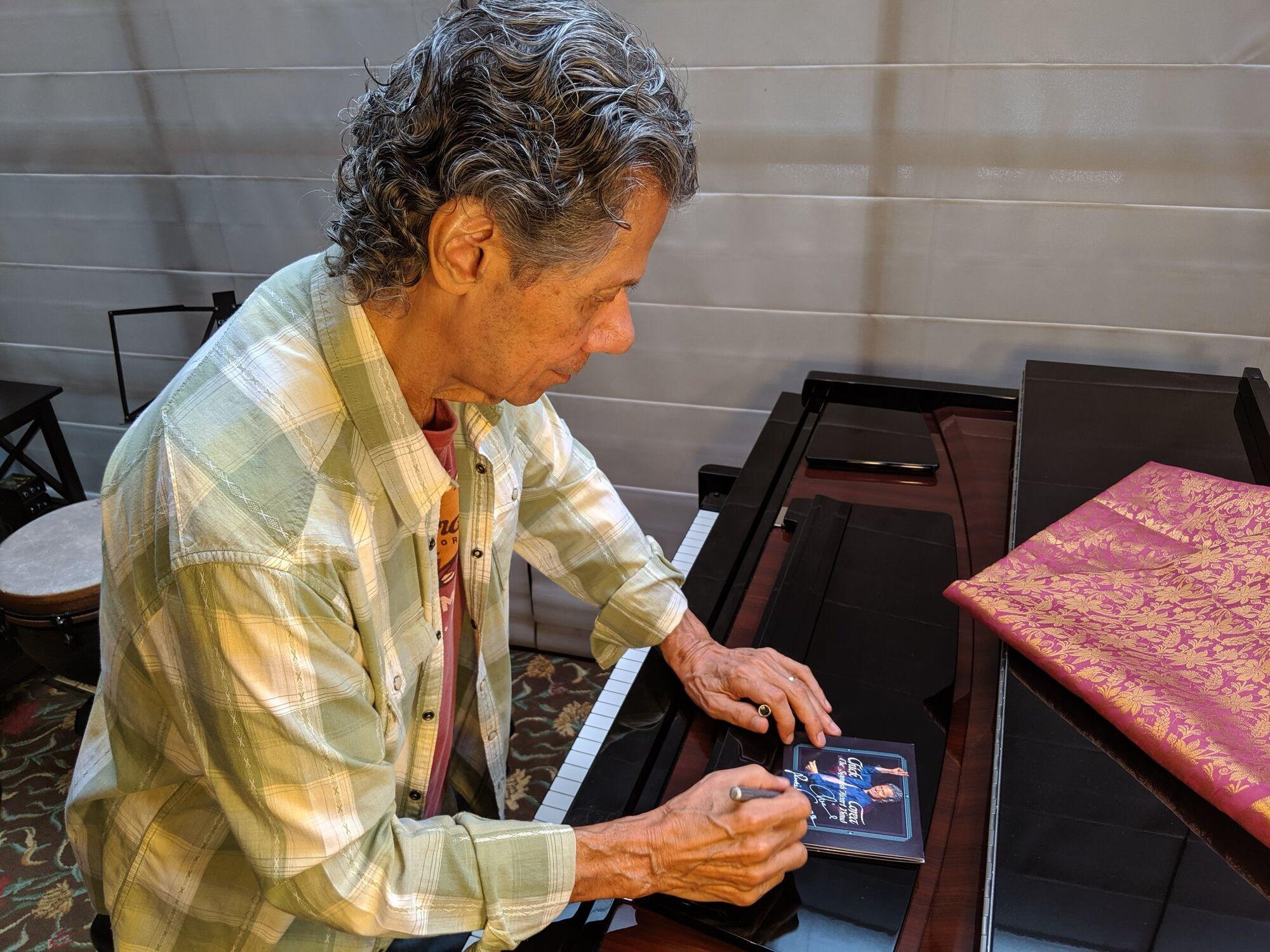 Музикант робить автограф