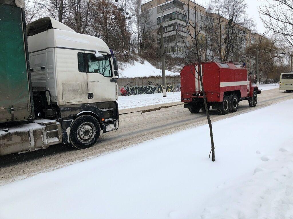 Авто застряли в снежных заносах прямо во время движения на дорогах