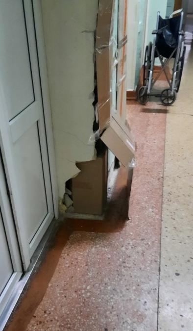 Стены в Симферопольской клинической больнице укрепили картоном и скотчем.