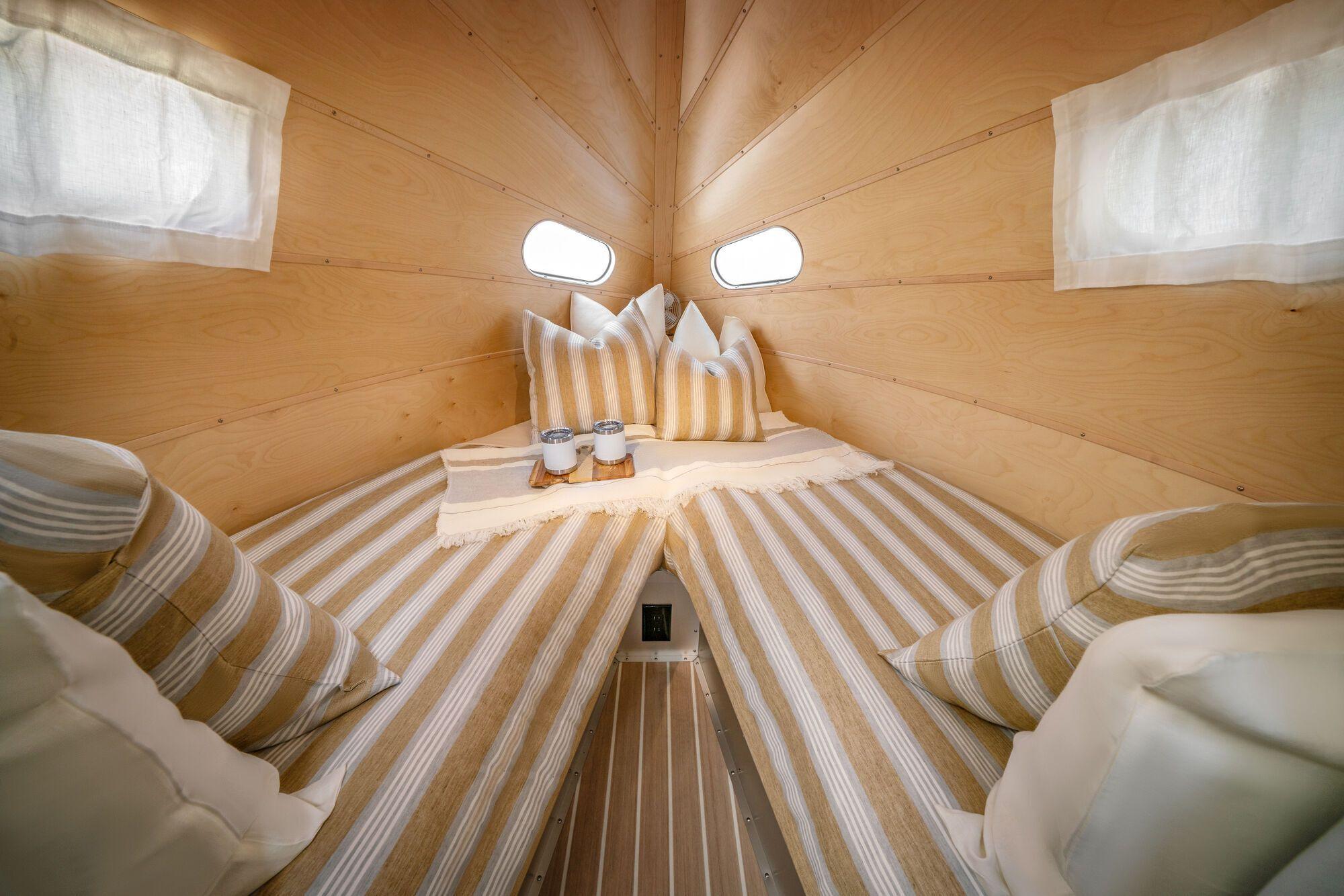У причепі є простора спальня у стилі дзен